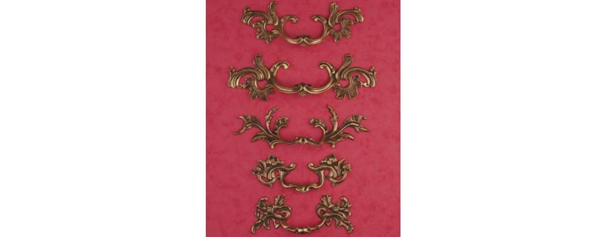 Les poignées de style Louis XV finition patine Louis XV