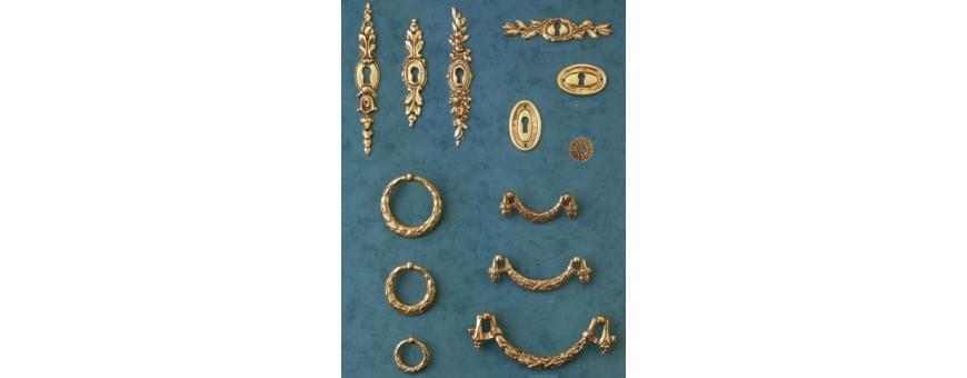 Les entrées de clefs et anneaux de meubles du style Louis XVI